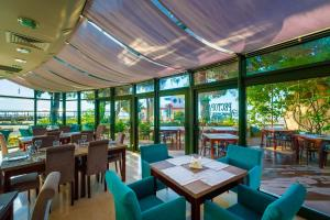 A restaurant or other place to eat at Aquapark Hotel