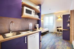 A kitchen or kitchenette at Suite-Home Saran