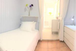 A bed or beds in a room at HORTAS HOUSE FULLY EQUIPPED SPACIOUS TWO BEDROOM HOUSE with ROOF TERRACES Ref MRHAE