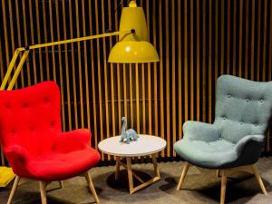 A seating area at ibis Melbourne Hotel and Apartments