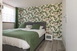 A bed or beds in a room at Appartementen Parkzicht