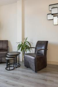A seating area at Appartementen Parkzicht