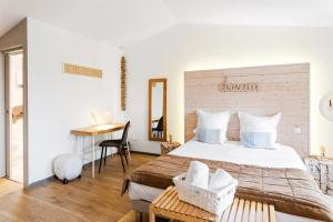 A bed or beds in a room at La Maison Gustave