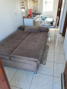 A seating area at Apartamento próximo ao Aeroporto de Florianópolis.