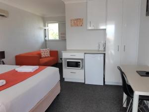 A kitchen or kitchenette at Chaparral Motel