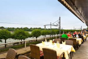 A restaurant or other place to eat at Maritim Hotel Königswinter