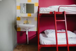 Uma ou mais camas em beliche em um quarto em Shelter City Christian Hostel