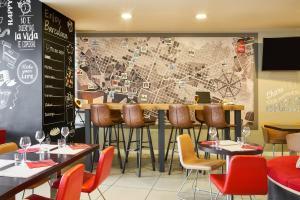 Un restaurante o sitio para comer en Ibis Barcelona Meridiana