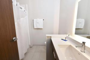 A bathroom at Holiday Inn Express & Suites - Madisonville