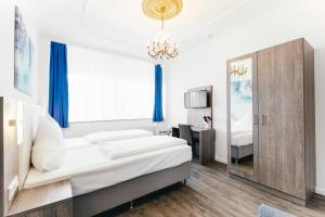 A bed or beds in a room at Haus am Dom - Apartments und Ferienwohnungen