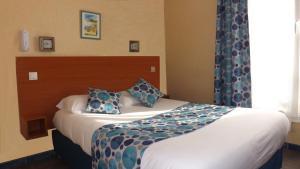 Кровать или кровати в номере Hôtel de la Place des Alpes
