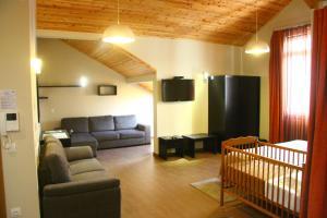 A seating area at Apartamentos Kósmos