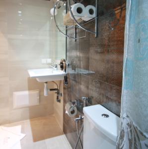 A bathroom at Miel et une nuit