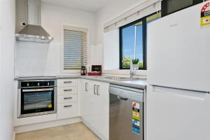 A kitchen or kitchenette at Acacia Lake View Motel