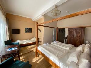 Ein Bett oder Betten in einem Zimmer der Unterkunft Hotel Gutenberger