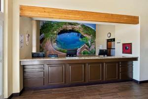 The lobby or reception area at La Quinta by Wyndham Santa Rosa