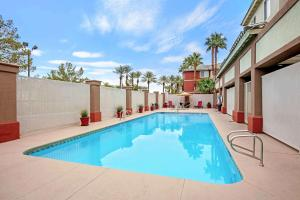 The swimming pool at or close to La Quinta by Wyndham Las Vegas RedRock/Summerlin