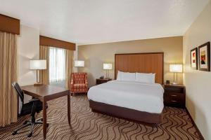 A bed or beds in a room at La Quinta by Wyndham Las Vegas RedRock/Summerlin