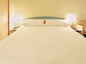 A bed or beds in a room at Ibis Madrid Alcorcon Tresaguas