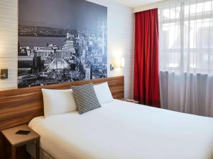 A bed or beds in a room at Aparthotel Adagio Liverpool City Centre