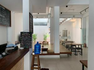 A restaurant or other place to eat at Onederz Hostel Phnom Penh