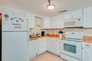 A kitchen or kitchenette at NautiDunes, on the beach @ the center of Jax Beach