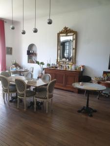 Restaurant ou autre lieu de restauration dans l'établissement Château de Champblanc