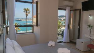 Ένα ή περισσότερα κρεβάτια σε δωμάτιο στο Faros Rooms & Suites