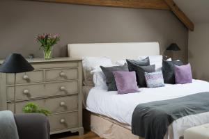 A bed or beds in a room at Brittons Farm and Cottages, Hot Tub and Gym