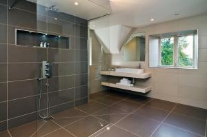 A bathroom at Brittons Farm and Cottages, Hot Tub and Gym