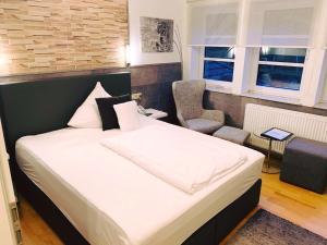 Ein Bett oder Betten in einem Zimmer der Unterkunft Schlosshotel Landstuhl