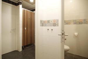 A bathroom at Stunning apartments close to Amstel river
