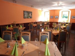 A restaurant or other place to eat at Pension & Gaststätte Sommerfrische