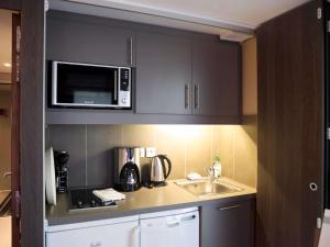 Кухня или мини-кухня в Aparthotel Adagio Marseille Vieux Port
