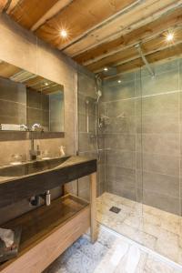 A bathroom at Hôtel Le Labrador