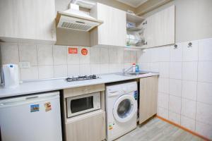 Кухня или мини-кухня в Гостиница квартирного типа Мира 32