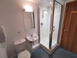 A bathroom at Morag's Lodge