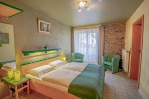 A bed or beds in a room at Hotel Ulftaler Schenke