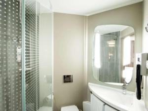 A bathroom at Ibis Gdansk Stare Miasto