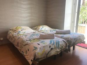 A bed or beds in a room at T2 45m Front de Mer Climatisation Jacuzzi