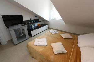 A bed or beds in a room at Anamar Apartments