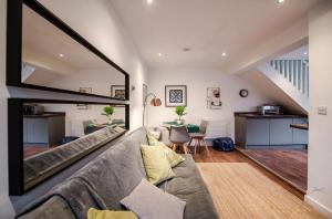 A seating area at Air Host and Clean - Apartment 5, 13 Broadhurst Street