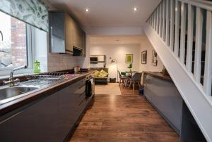 A kitchen or kitchenette at Air Host and Clean - Apartment 5, 13 Broadhurst Street