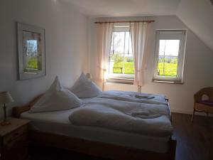 A bed or beds in a room at Bauernhof Höper-Rauert Fehmarn