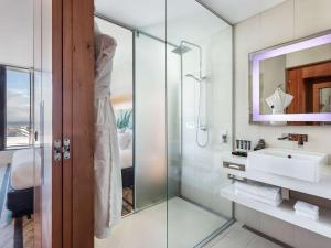 A bathroom at Novotel Auckland Airport