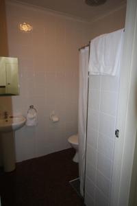 A bathroom at Highlander Hotel Bar Kitchen Rooftop