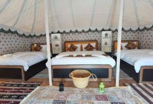 Ein Bett oder Betten in einem Zimmer der Unterkunft Alsarmadi Desert Camp