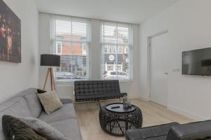 Een zitgedeelte bij Zandvoort Village Apartments