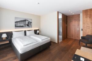 Ein Bett oder Betten in einem Zimmer der Unterkunft Hotel one66 (free parking garage)