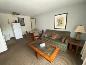 A seating area at Snowshoe Motel